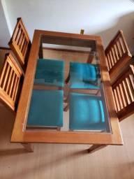 Mesa de madeira maciça retangular com tampo de vidro e cadeiras