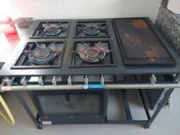 Fogão industrial com forno e chapa