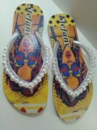 Sandálias com customização artesanal.
