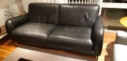 Sofá em couro preto usado
