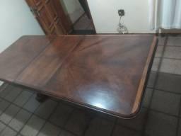 Mesa com 8 cadeiras em madeira maciça