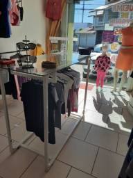 Mesa com arara para loja