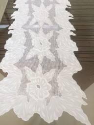 Caminho de mesa em linho bordado