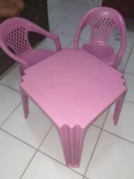 Vendo mesinha com 2 cadeiras infantil rosa