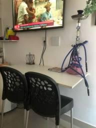 Mesa rebatível co  duas cadeiras