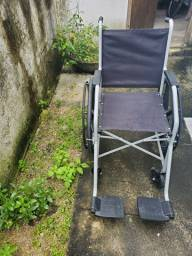 Cadeira de rodas semi nova.