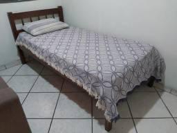 Cama de Solteiro + Colcha + Travesseiro. Móvel Antigo. Madeira Maciça. Excelente!