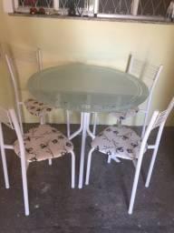 Vendo mesa novíssima com 4 cadeiras