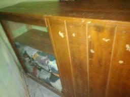 balcão de madeira com vidros