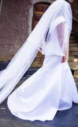 Vestido de noiva minimalista Ateliê Bárbara Melo com véu cascata