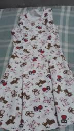 Vende se um vestido de menina