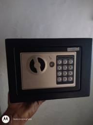 Cofre digital com senha e chaves