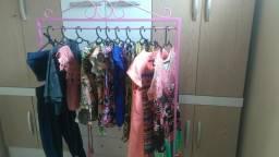 Arara de roupas de bazar