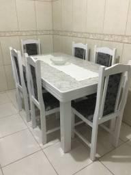 Mesa com 6 cadeiras estofadas