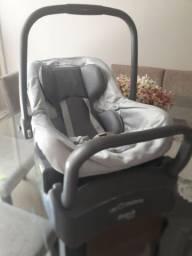 Bebê conforto Burigoto Touring com a base.