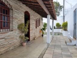 Ampla casa linear com 2 quartos e quintal no Centro de Itaguaí