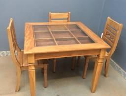 Mesa de madeira maciça com tampo de vidro e 3 cadeiras
