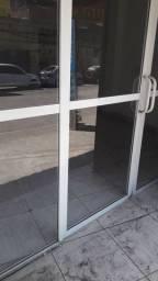 Vendo porta de vidro  muito nova