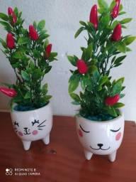 Vasos de flores artificiais.