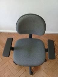Cadeira giratória com braço