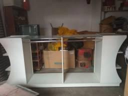 Lindo armário com vidro, cabideiro e prateleiras