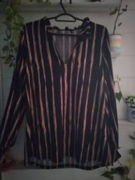 Camisa listrada, com um belo decote (estilo harry styles, diríamos)