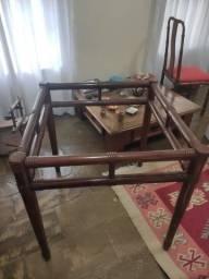Mesa de madeira sem tampo.