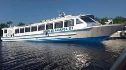 Lancha, barco ou ferry boat.