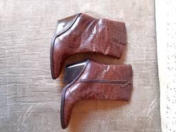 Bota em couro legítimo Semi nova - Numeração 35 - Cor marrom
