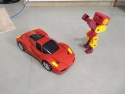 Carro plástico e robô articulado