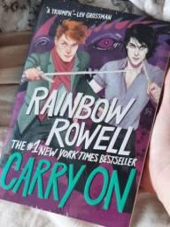 Carry On - Rainbow Rowell (em inglês) e O Rei Perverso - Holly Black (em português)