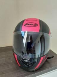 Conjunto de capacetes rosa e branco