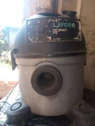 Aspirador de pó e água usado