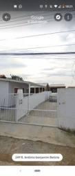 Alugo casa pequena com 2 quartos para no máximo 3 pessoas