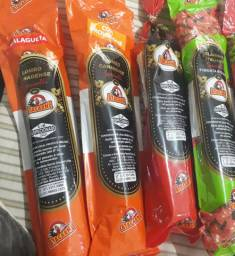 Doces variados bolachinhas salames trufas e amendoins