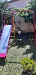 Parquinho escorregador com balanço lateral para criança de 2 a 8 anos.