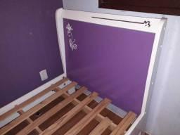 cama solteiro na cor branca e roxa