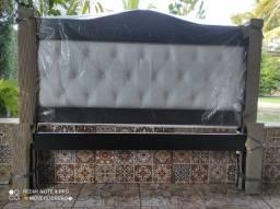 Maravilhosas camas de madeira com cabeceira de courino.