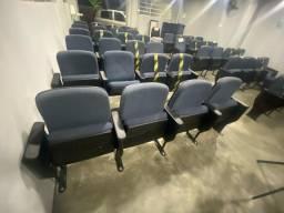 Cadeiras (poltrona)  de auditório com apoio de braço e livros