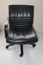 Cadeira de Escritório c/ Braço e Rodas /  em Couro ecológico / Plástico Preto
