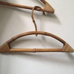 Cabide de bambu infantil