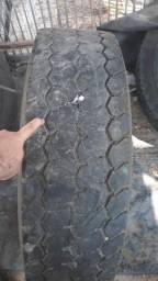 Pneu Bridgestone 295/70r22.5 em bom estado