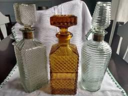 Garrafas antigas em cristal lapidado de whisky