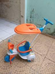 Triciclo com empurrador e porta objetos