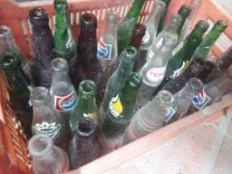 Caixa de plástico com 33 garrafas antigas por $ 50.00