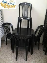 Mesa co m cadeiras plásticas