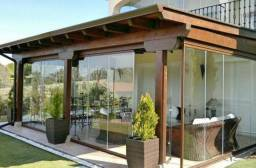 Portas e janelas em vidro temperado e alumínio sob medida.