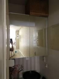 Armário aéreo com portas de espelho