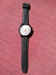 Tênis vermelho/preto N°44, Tênis preto N°44 e um relógio