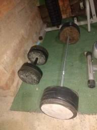 Barra e halter de concreto pesando 25 k cada